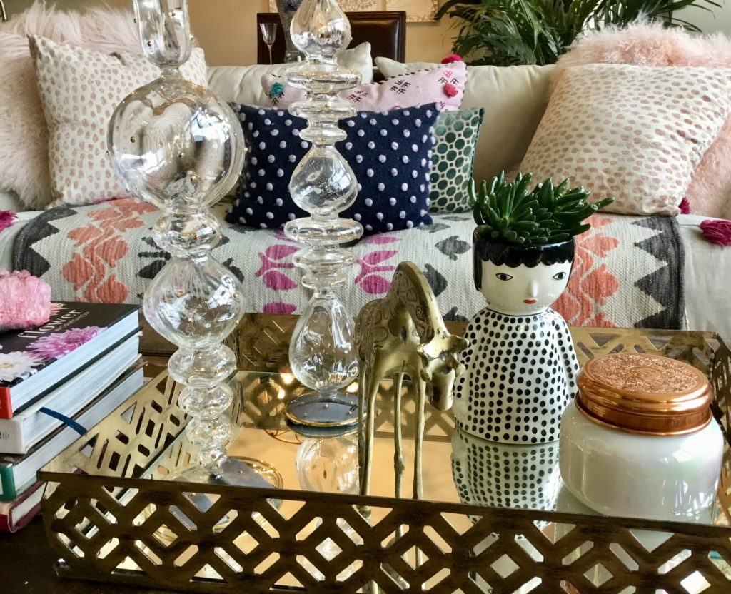 Fabulous Coffee Table Decor- Use colors that contrast your table